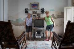 People-Cuban-women-posing-with-tv-john-greengo